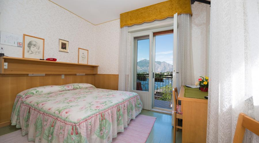 Mini Kühlschrank Für Balkon : Doppelzimmer mit kleinem bad haartrockner tv telefon mini